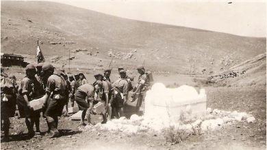 فرقة كشاف ميسلون أثناء العناية بضريح يوسف العظمة في ميسلون