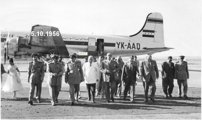 شكري القوتلي في مطار حلب بعد النزول من الطائرة في تشرين الأول عام 1956م