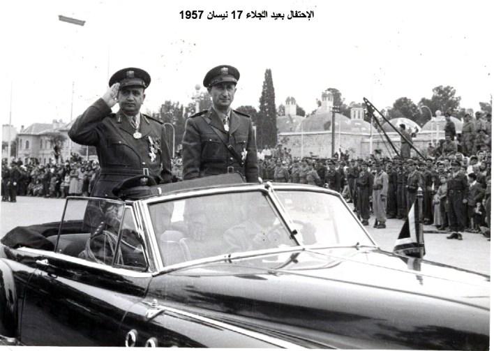 توفيق نظام الدين يستعرض القوات المشاركة بالعرض - الاحتفال بعيد الجلاء عام 1957 (11)