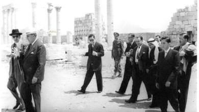 شكري القوتلي ومرافقيه يتجولون في الشارع المستقيم- تدمر عام 1957