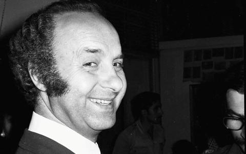 الأديب والروائي فاضل السباعي في معرض الفنان لؤي كيالي عام 1976