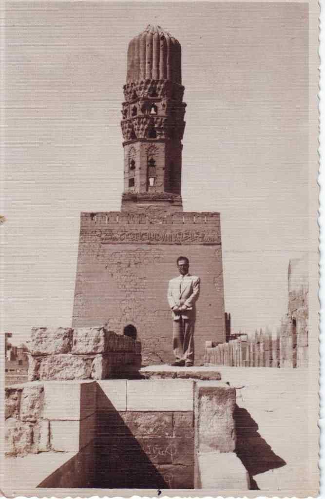 يوسف الدبيسي أمام منارة جامع الحاكم بأمر الله في القاهرة عام 1961
