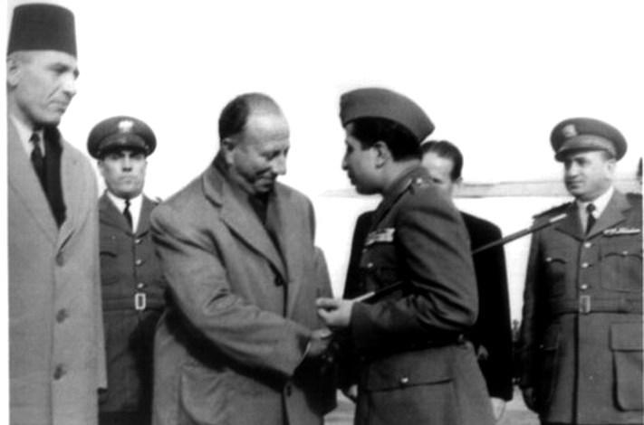 فيصل الثاني يصافح فيضي الأتاسي قبيل مغادرته مطار المزة عام 1954