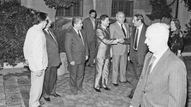 محمد سلمان يصافح محمود الزعبي في حفل تكريم الفنانين التشكيليين 1989م