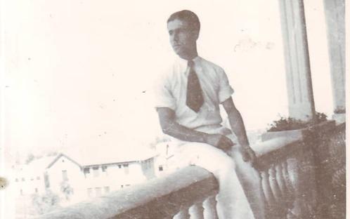 يوسف الدبيسي على شرفة نادي الضباط في السويداء عام 1941