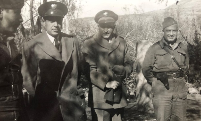 جمال الفيصل مع عدد من الضباط أثناء زيارة الرئيس القوتلي للجبهة 1948م