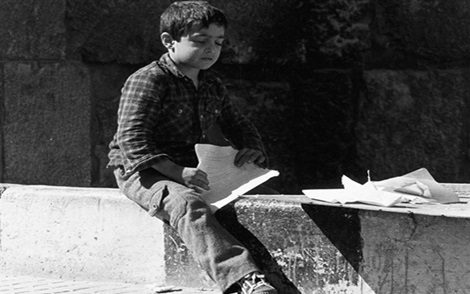 طفل في دمشق القديمة يصنع زوارق من ورق عام 1987م (3)