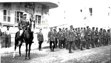 توفيق نظام الدين يتلقى صورة تذكارية من أحد اصدقاء الدراسة في حلب عام 1927