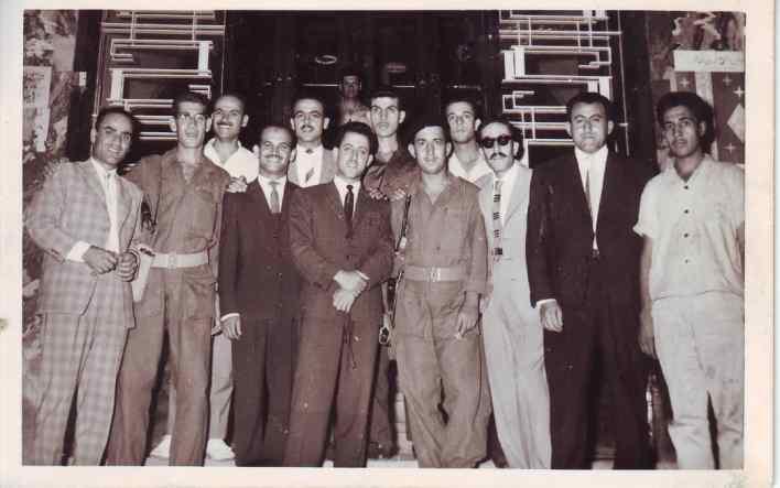 أعضاء من نادي الفنون الجميلة في السويداء أمام باب وزارة الدفاع في العراق عام 1963م