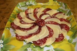 Come fare delle belle fette di salsiccia e formaggio