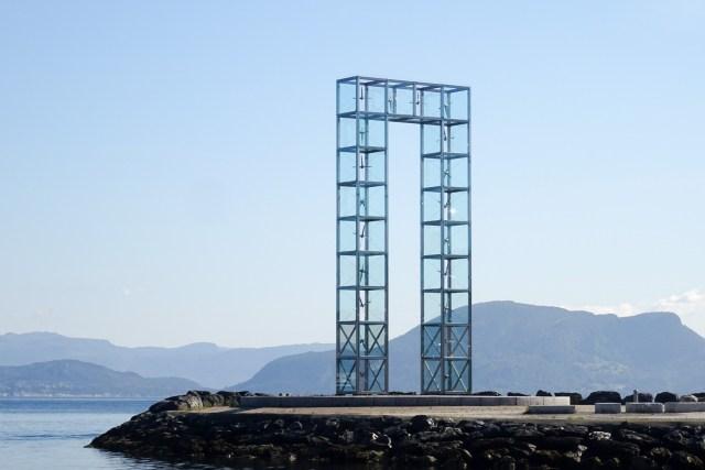 Monument auf der Mole von Leirvik