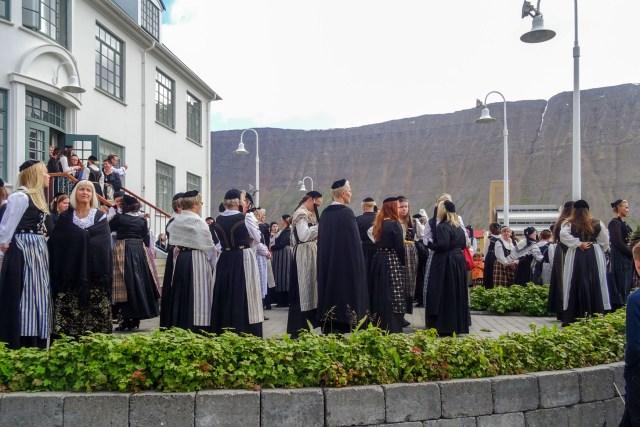 Isländerinnen in traditioneller Tracht