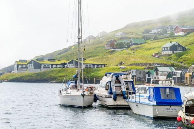 Liegeplatz längsseits an einem Motorboot