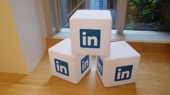 Cómo invitar a personas a seguir la página de LinkedIn de tu empresa