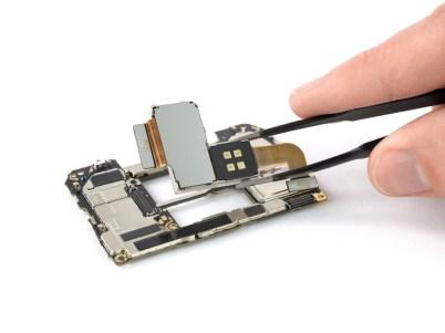 10 2 1 - شاهد تفكيك هاتف هواوي الرائد Huawei Mate 20 Pro وتعرف على مكوناته الداخلية