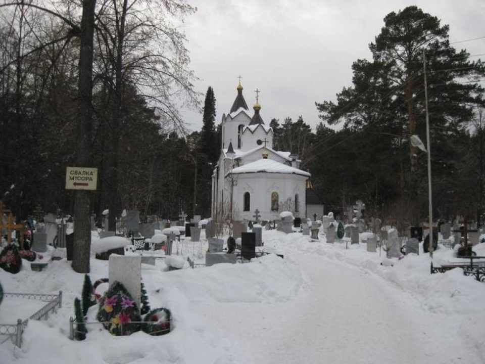 Церковь Петра и Павла при входе на кладбище