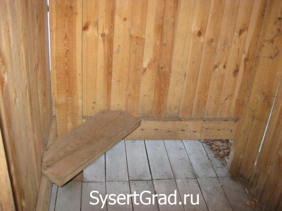 Скамейки в раздевалке петропавловского источника