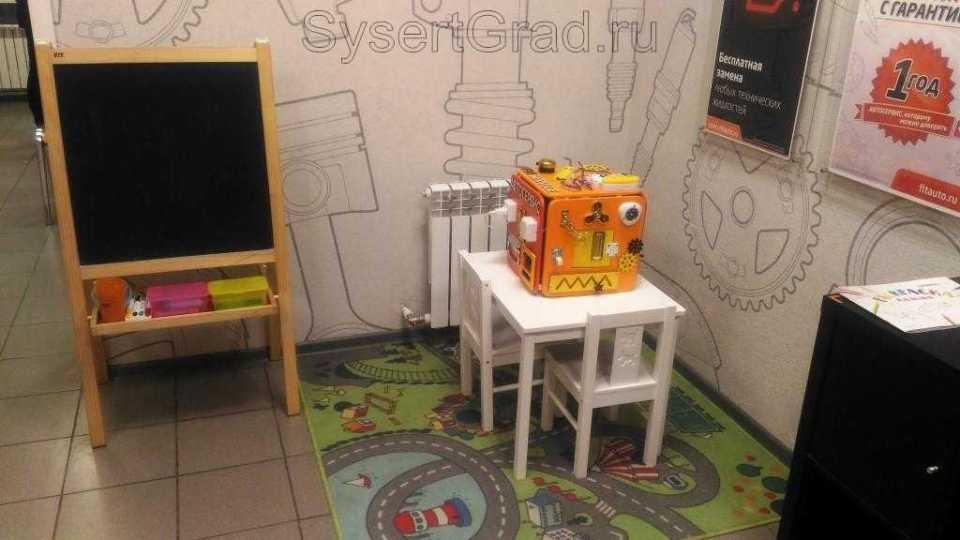 Есть выделенная зона для досуга детей (столик, раскраски, карандаши)
