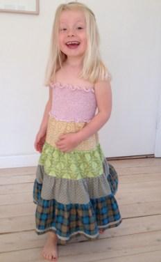 Søt barnekjole i forskjellige patchwork bomullsstoffer