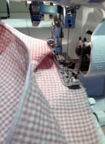 Rullesøm sys med kun én nål- husk å ta den andre ut av maskinen