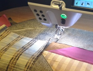 Bitene av silke sys fast så de overlapper hverandre