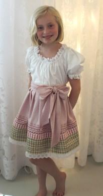 Søt prinsesse - Rose er veldig fornøyd og vil gjerne prøve å designe og sy sitt eget skjørt....