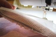 Legg stabiliseringen under stoffet innen du begynner å sy.
