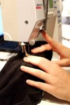 Tre buksebbenet inn på friarmen, legg om nødvendig et stoff eller stabilisering inni busebenet dersom det er store huller som skal repareres.