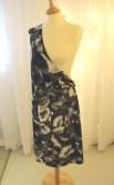 Til kjolen klippes kun et langt forstykke, det andre forstykket klippes i bluselengde.