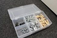 Ikke helt IKEA - BERNINA har pakket alle skruer og plugger så alt ligger ferdig sortert i denne smarte boksen.