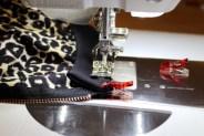 For sikkerhets skyld sydde jeg ribben til halsrigningen fast med symaskinen - kast deretter over med overlocken
