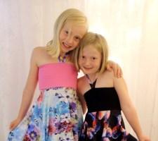 To søte søstre i nye egendesignede kjoler