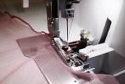 Sy rullesøm i en elastisk tyll - min er kjøpt på Stoff og Stil. Sy samtidig som du holder stoffet litt stramt så sømmen bølger seg fint