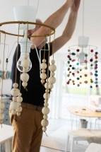 Perlene er tredd på en snor som danner et perlepar. Jeg har bare viklet perlene rundt skjermen et par-tre ganger så det enkelt kan justeres og/eller byttes ut