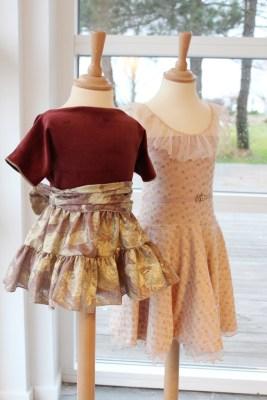 Yndig og sart kjole i rosa leopard printet jersey eller sprelsk og festlig i gull brokade - alle stoffer fra Stoff og Stil