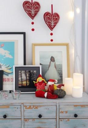 Gamle og nye juledekorasjoner er blandet - like hyggelig hvert år å finne frem de hjemmelagde gavene fra da familiens barn var små