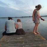 En stille hyggestund - barnebarna hygger seg med far og fisker krabber