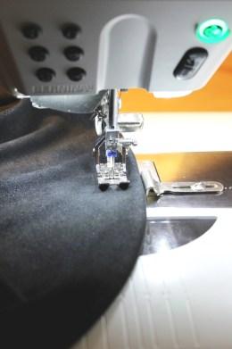Jeg pleier nesten alltid å falde med jersey tvillingnål 2,5mm. Sømmen blir ikke så bred og dominerende, men legger seg pent nesten i alle materialer. Om du har en linjal til å montere på friarmen så gir dette en jevn og fin kant når du syr falden.