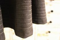 En smal sikksakk i samme farge som garnet gir en enkel, men flott dekor. Garnet trekkes på baksiden med en stoppenål og festes med et par sting