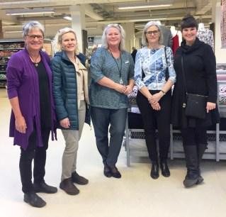 Birgitte og resten av damene på Stof og Stil i Odense synes det var hyggelig med besøk fra Sverige.