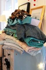 Mange kjoler er sydd, men det ser ikke ut som det er minsket i stoffhaugen