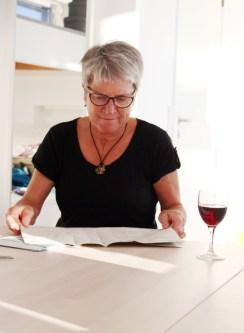 Hjørdis leser igjennom et mønster og planlegger hvordan hun skal sy sin kjole