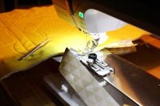 Det er hurtig og enkelt å kante en quilt med kantebåndsapparatet- du finner link på hvordan jeg gjør det nederst i innlegget