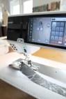 Når kantebåndsapparatet er montert føres båndet inn i guiden. Båndet er skåret på skrå for å kunne bli litt elastisk