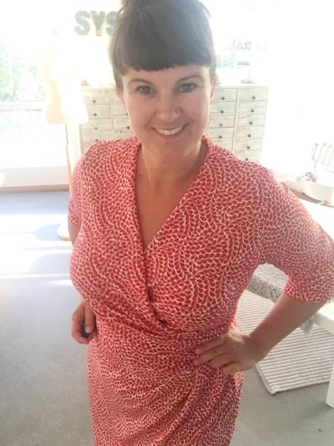 Behagelig viskosestoff gjør kjolen godt egnet til en sommerfest - og det beste er at jeg ikke behøver frykte at halsringningen ikke holder seg på plass.