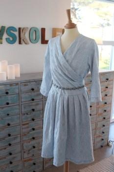 Her er den samme overdel satt sammen med et skjørt med mye vidde. Et helt annet look - kjolen minner litt om 50-tallet og ser virkelig festlig ut.