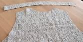 Bakstykket og båndet som måler 38mm i bredden sys bare fast i halsringningen
