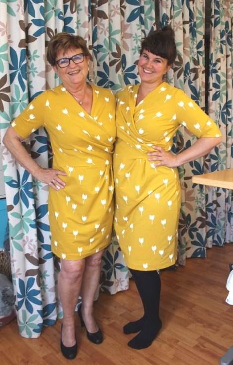 To generasjoner i gule kjoler - så gøy å kunne skinne omkapp med vårsolen. Vi er strålende fornøyde....