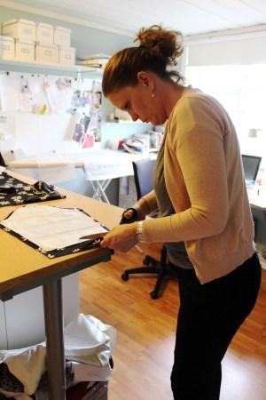 Lise er dypt konsentrert når hun klipper ut mønsterdelen til ermet - kjolen skal være klar til en fest dagen etter så ingenting får gå galt...
