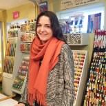 Søte Elisabeth forteller gjerne om historien og konseptet med butikken - noen av stoffene er ikke til salg, men spares som en kulturskatt.